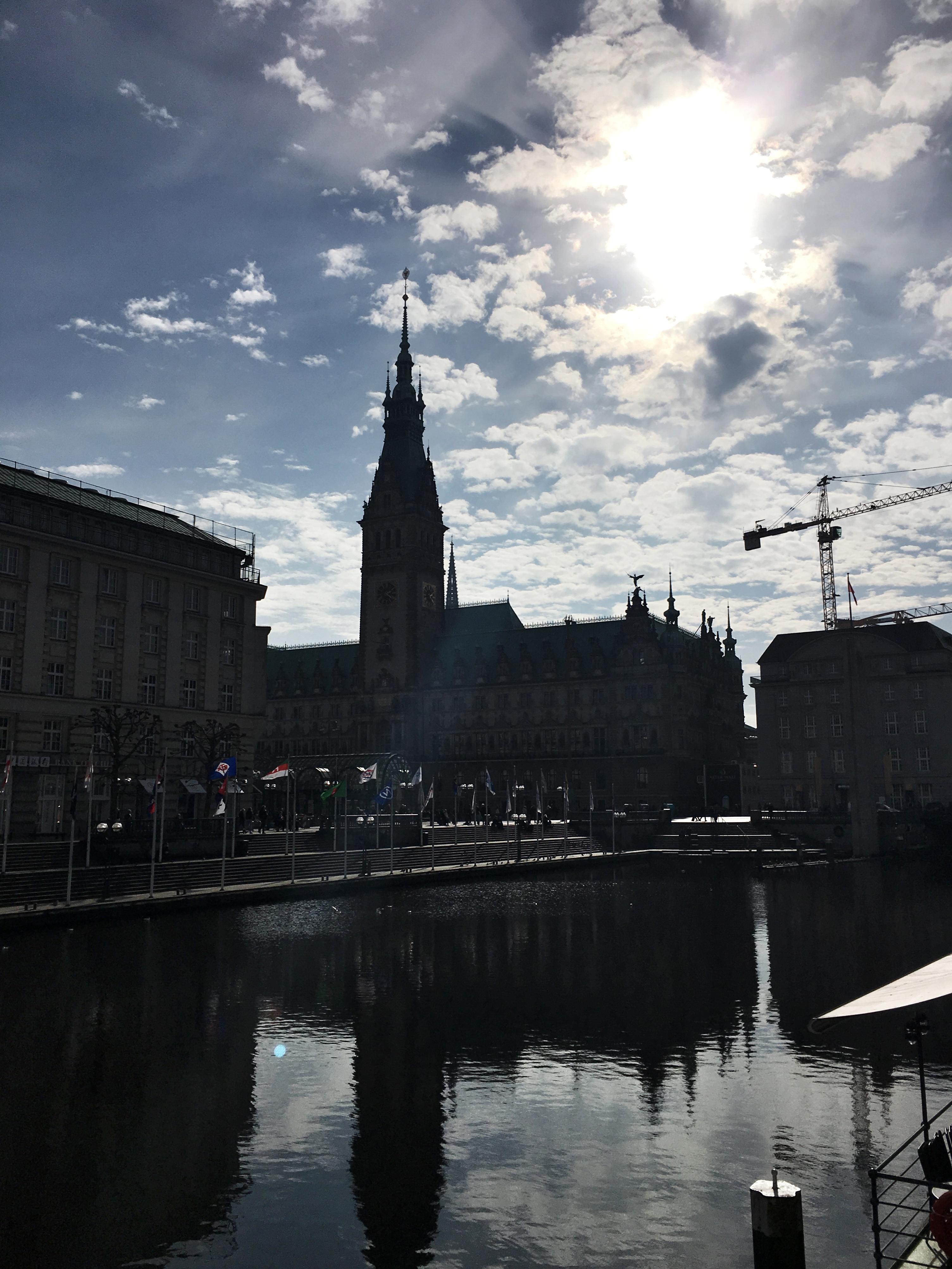 Controluce di RathausMarkt il palazzo del municipio di Amburgo