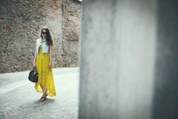 Un maxi dress del colore del sole per un giorno speciale